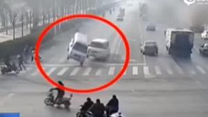 เหลือเชื่อ คลิปรถลอยขึ้นกลางอากาศขณะวิ่งบนถนน
