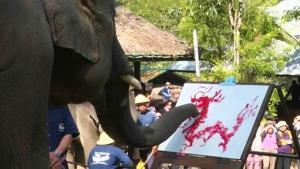 คลิป น่ารัก! ช้างแสนรู้ตวัดพูกันเขียนอักษรอวยพร 'วันตรุษจีน'