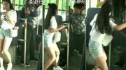 โจรล้วงกระเป๋าเด็กสาวบนรถเมล์ เจอถีบยอดหน้าจนร่วง