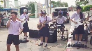 ชาวเน็ตแห่แชร์! นักเรียนมัธยมสุดเจ๋ง โชว์เล่นดนตรีสด