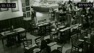 สงสัยกันทั้งโลก ! คลิปผีในร้านอาหารดัง ปัดข้าวของตกจากโต๊ะอาหาร