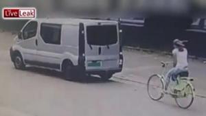 สาวใจลอยปั้นจักรยานเสยท้ายรถยนต์