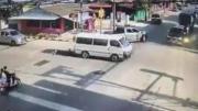 คลิปเด็กนักเรียนร่วงรถตู้ เหวออยู่กลางสี่แยก