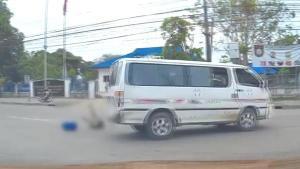 เด็กนักเรียนร่วงจากรถตู้ บริเวณจุดกลับรถ อ.แม่สอด จ.ตาก