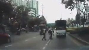 คลิปฉาว ตำรวจตบจักรยานยนต์คว่ำ เห็นตั้งท่าแหกด่าน