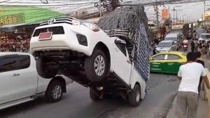 คลิปรถกระบะบรรทุกหนักเกิน หงายหลังตอนขึ้นทางชัน