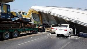 คลิป รถบรรทุกรถแบคโฮ เกี่ยวสะพานลอยถล่มกลางถนนทับรถยนต์เสียหาย