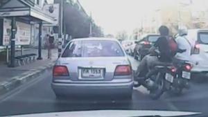 หนุ่มมอเตอร์ไซค์หัวร้อน ชนกันล้ม เถียงกันไปมา สุดท้ายต่อยกันกลางถนน