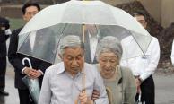 """เพราะเหตุใดพระจักรพรรดิ-จักรพรรดินีญี่ปุ่นจึงทรงใช้ """"ร่มพลาสติกใส"""" ในวันฝนตก?"""