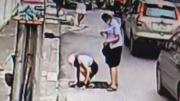 น่ากลัวจริงๆ นักศึกษาสาวเดินอยู่บนถนนดีๆ พลาดตกฝาท่อระบายน้ำ เจ็บตัวฟรี